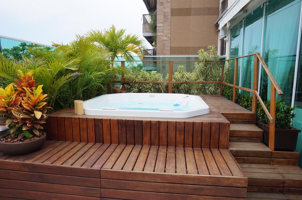 Paisagismo em deck de piscina
